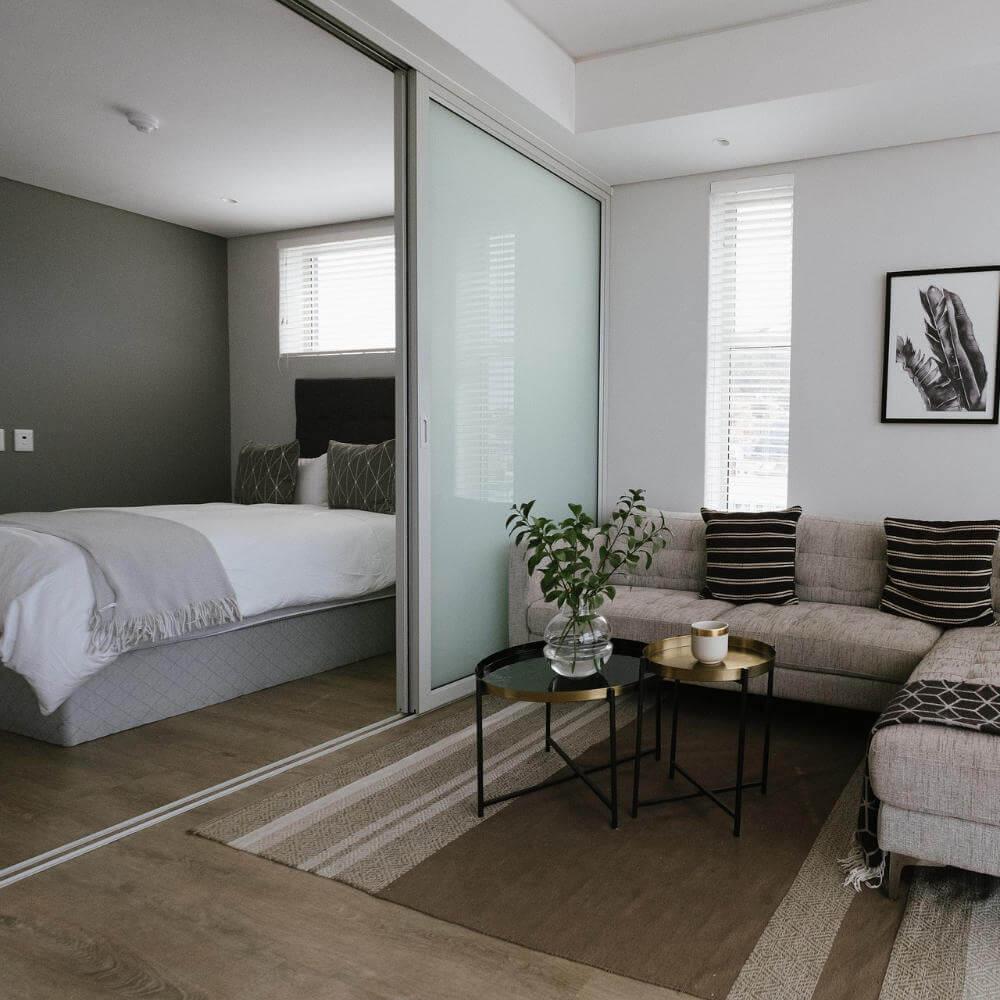 Panele szklane w sypialni